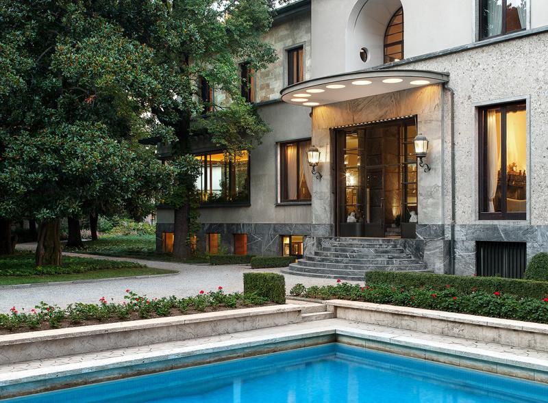 (Un angolo della piscina e la scalinata d'ingresso – Fotografia arenaimmagini.it 2014 © FAI - Fondo Ambiente Italiano)