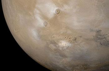 (Nubi orografiche in prossimità dei grandi vulcani di Marte – fotografia © foto NASA/JPL/Malin Space Science Systems)